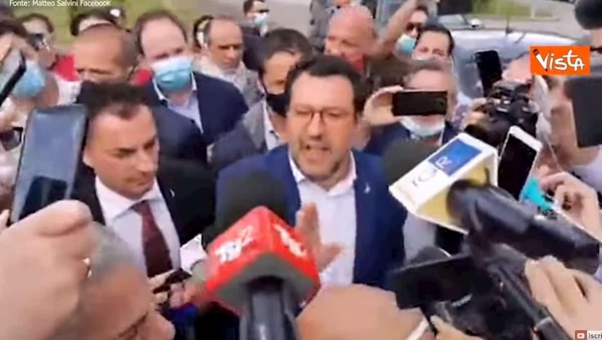 """Salvini nel carcere di Santa Maria Capua Vetere: """"Subito i taser agli agenti per sedare le rivolte"""" VIDEO"""