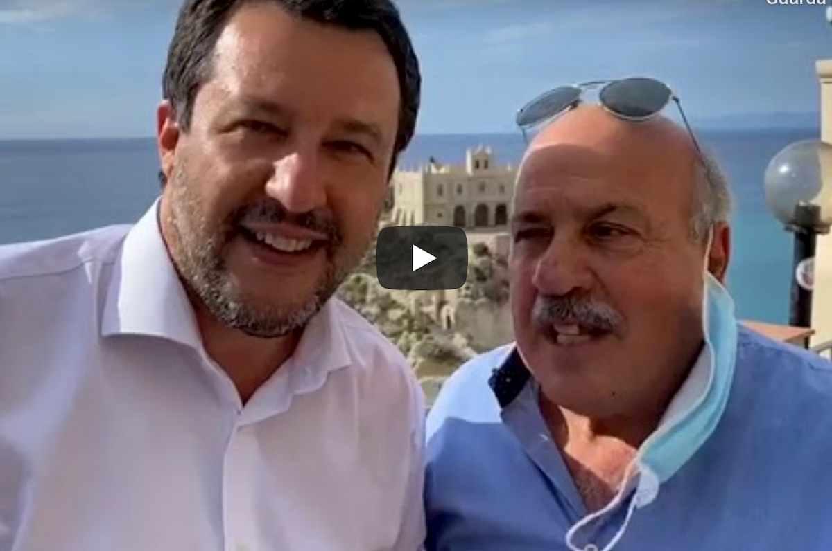 Salvini faccia a faccia con l'albergatore di Tropea e senza mascherina VIDEO