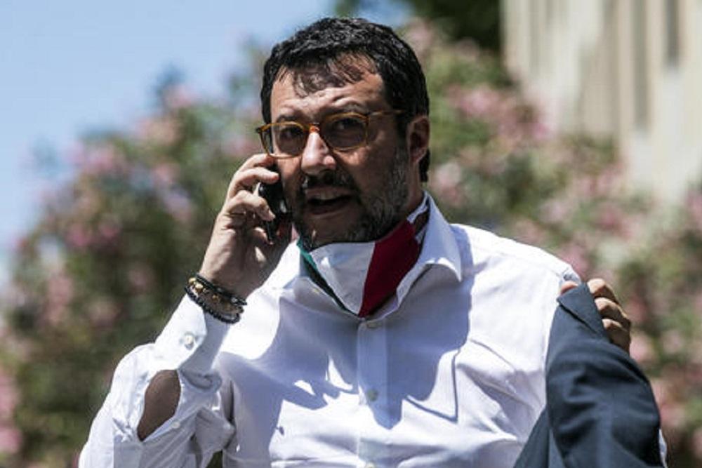 """Salvini e il selfie senza mascherina in piazza, Zangrillo: """"Ha sbagliato""""."""
