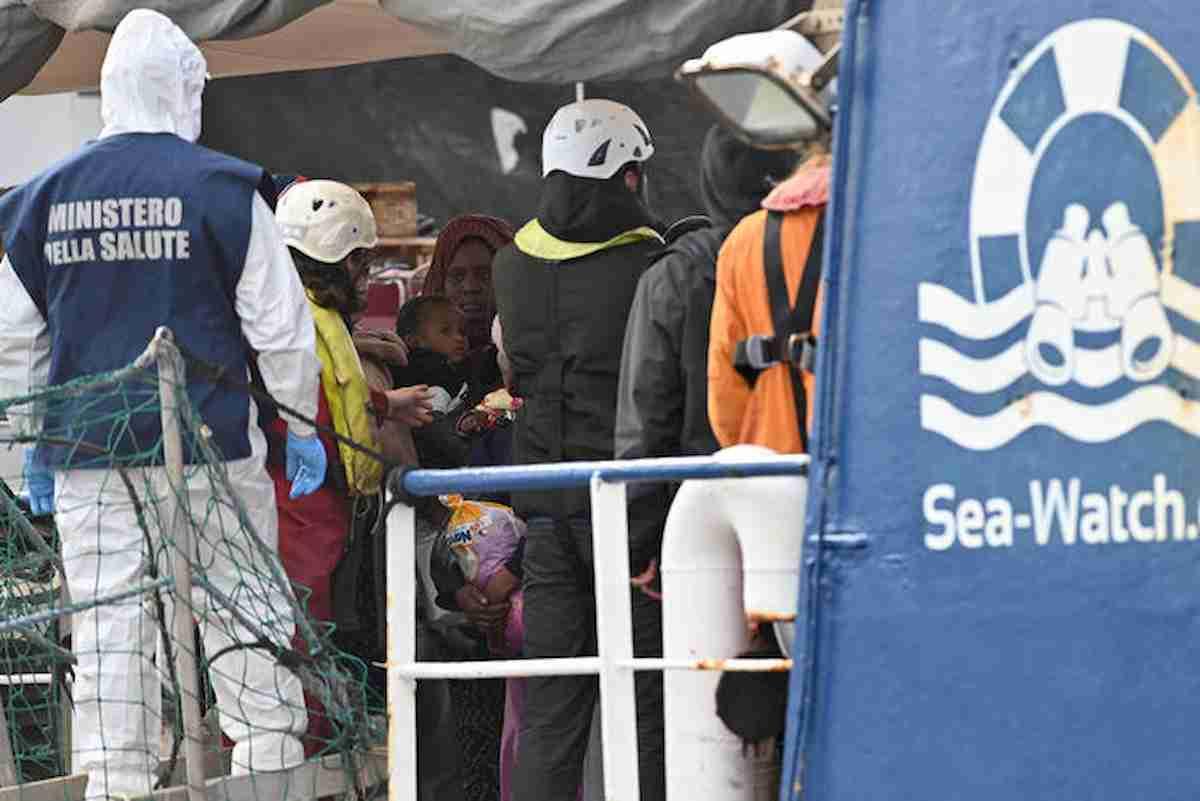 Sea Watch, un migrante Covid ricoverato a Caltanissetta. Sulla nave-quarantena 28 positivi
