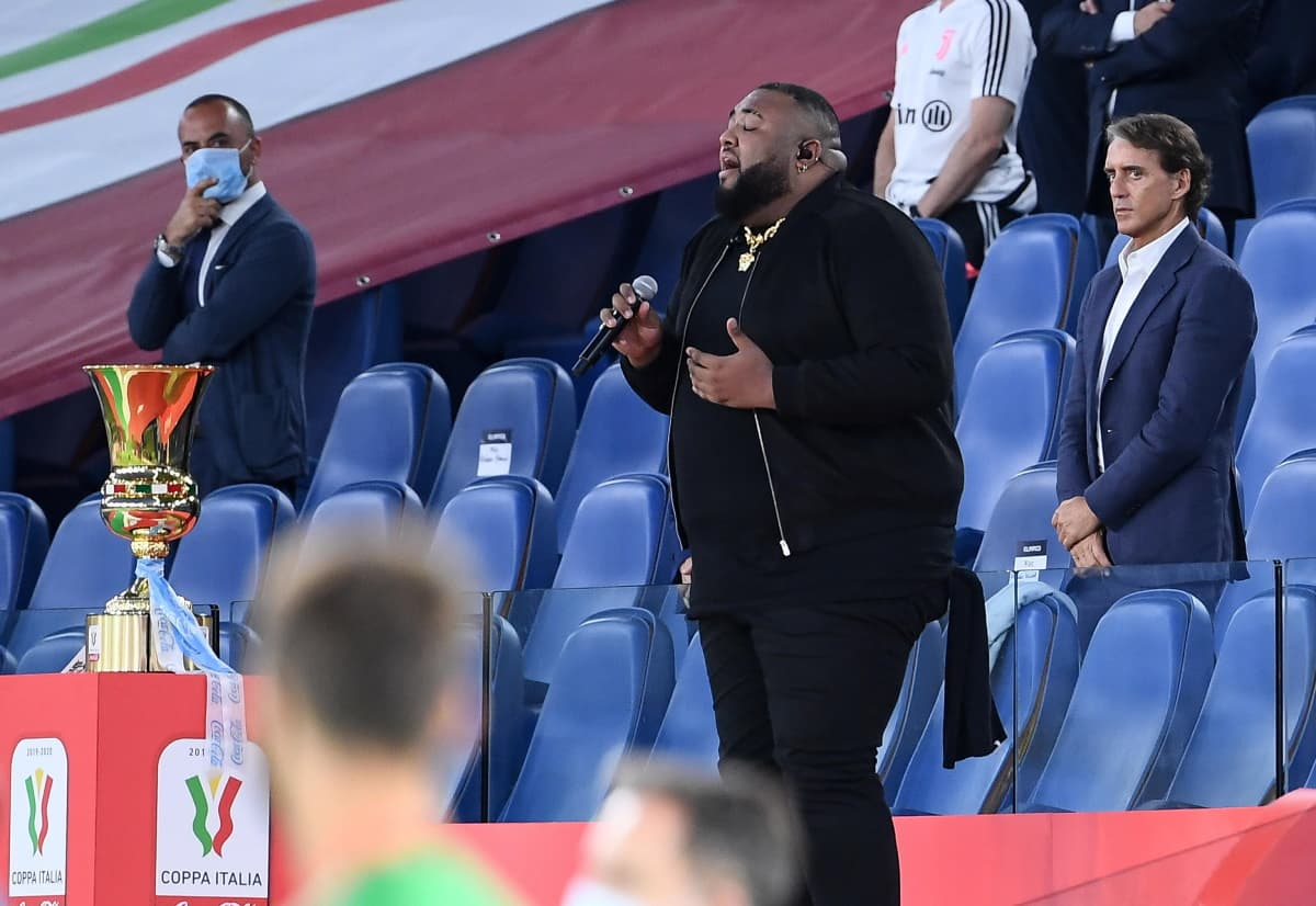 Sylvestre dimentica l'inno mentre canta prima di Napoli-Juventus