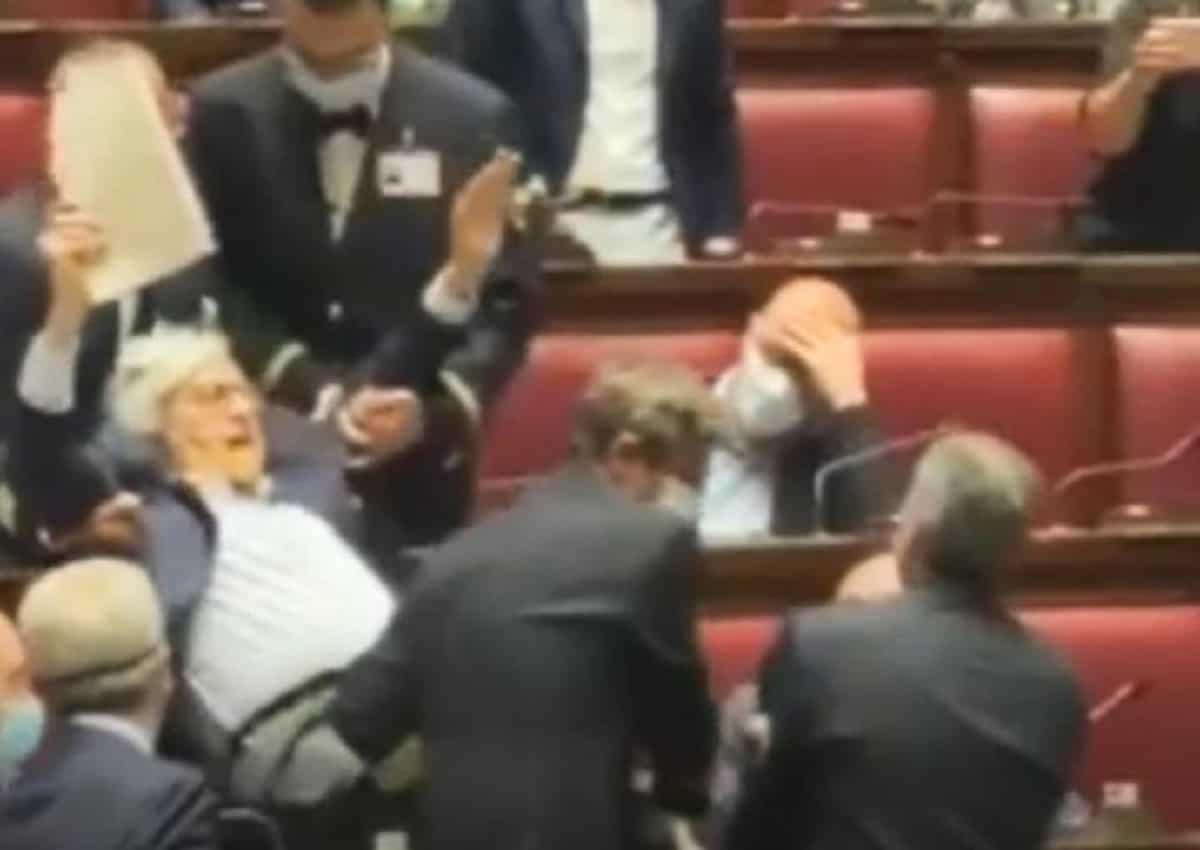 Vittorio Sgarbi a Montecitorio con la mascherina solo sul naso. portato via di peso dai commessi VIDEO