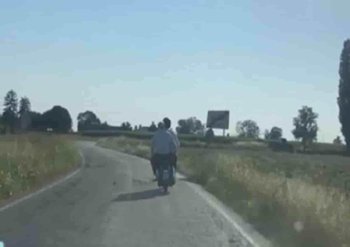 Sgarbi in giro con lo scooter