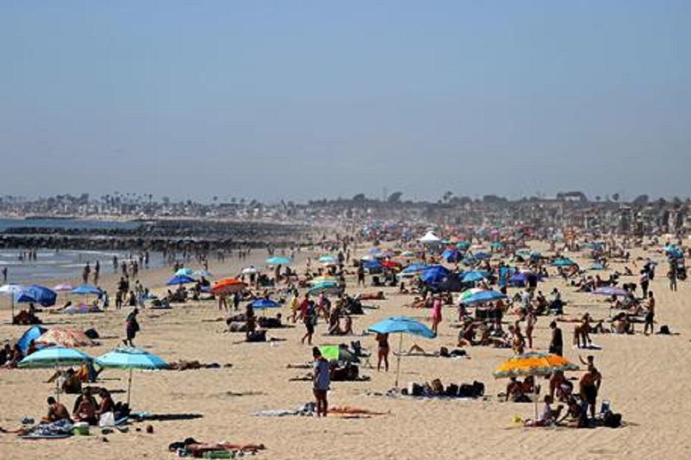 Numeri più bassi da marzo, e allora tutti al mare. Strade e spiagge affollate. 10 focolai? Son pochi