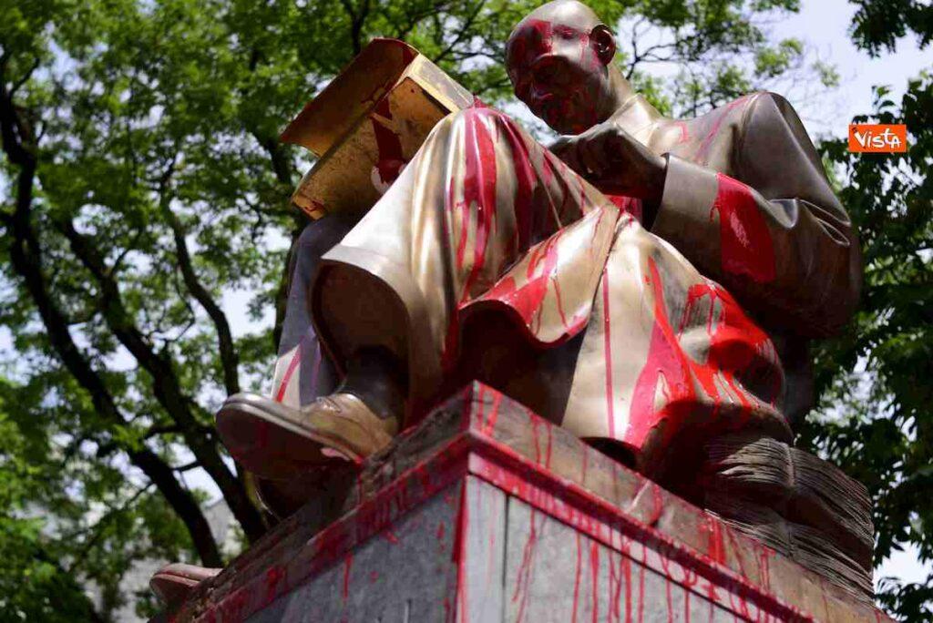 Statua indro montanelli milano