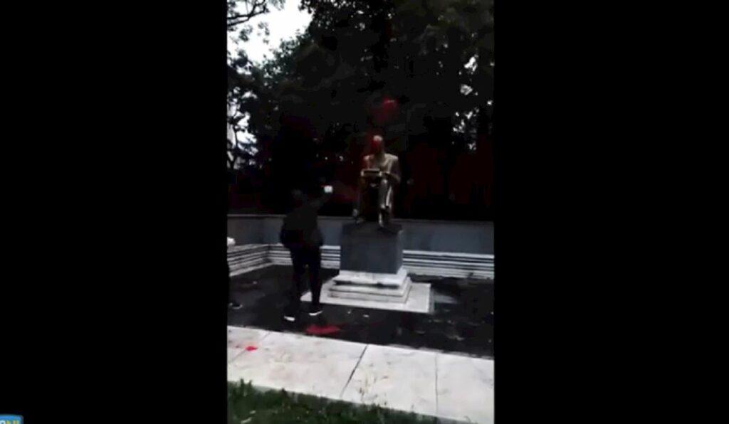 studenti imbrattano statua Montanelli a Milano