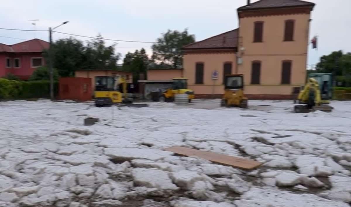 Maltempo, bomba d'acqua e grandine in provincia di Novara: a Suno strade imbiancate