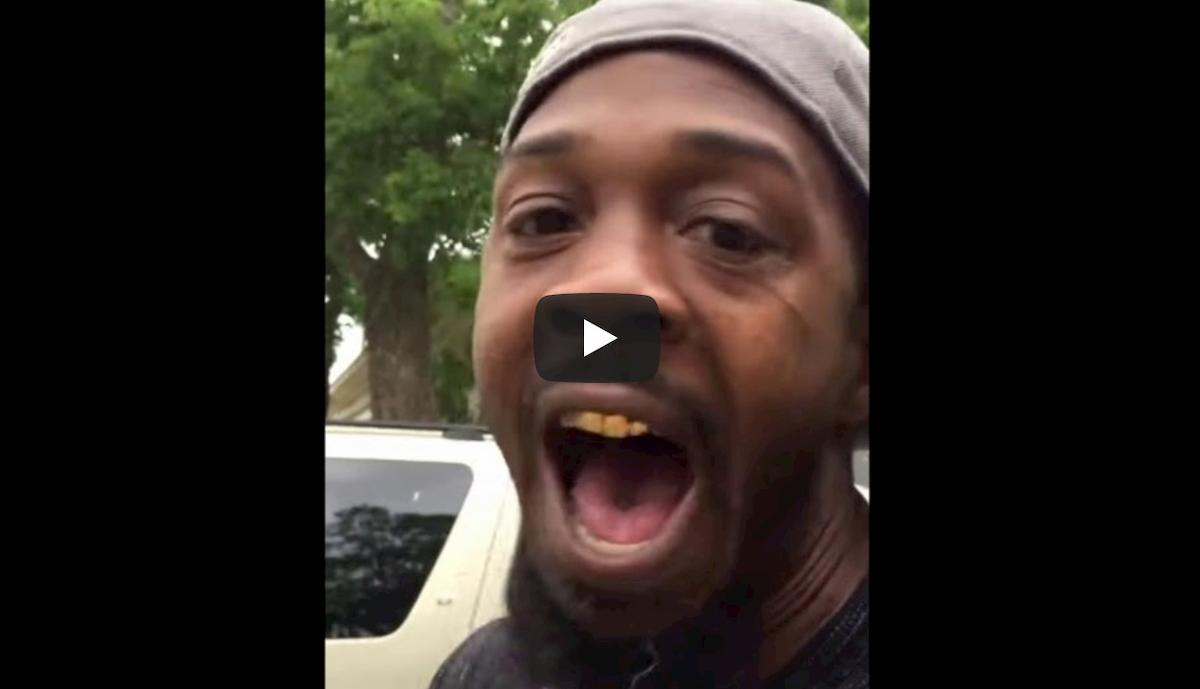 Texas, poliziotti lo trattengono nel suo cortile. Lui gli legge il codice penale VIDEO