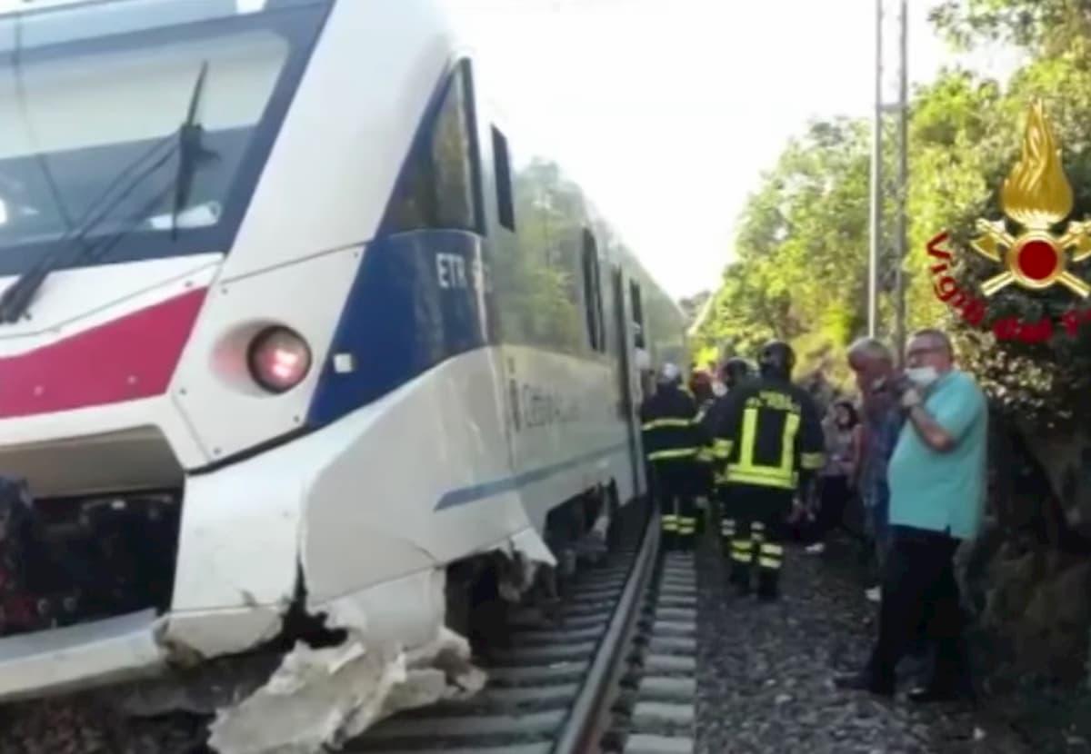 Vicino a Trieste il carrello di un treno è uscito dai binari per una frana