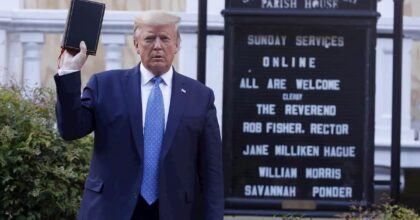 Trump quasi sconfitto dal coronavirus risorge grazie alla rivolta dei neri. Come Nixon nel '68
