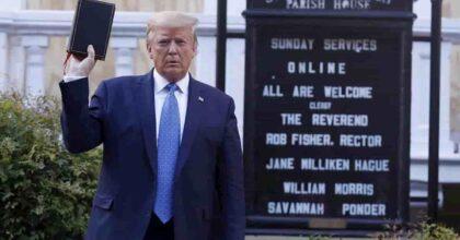 Gott mit uns non muore mai, eccolo nella Bibbia di Donald Trump