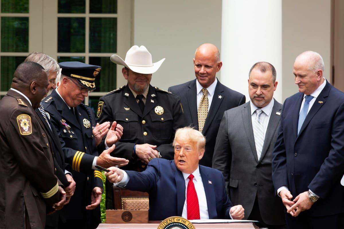 Riforma polizia, bandita stretta al collo: Trump firma decreto
