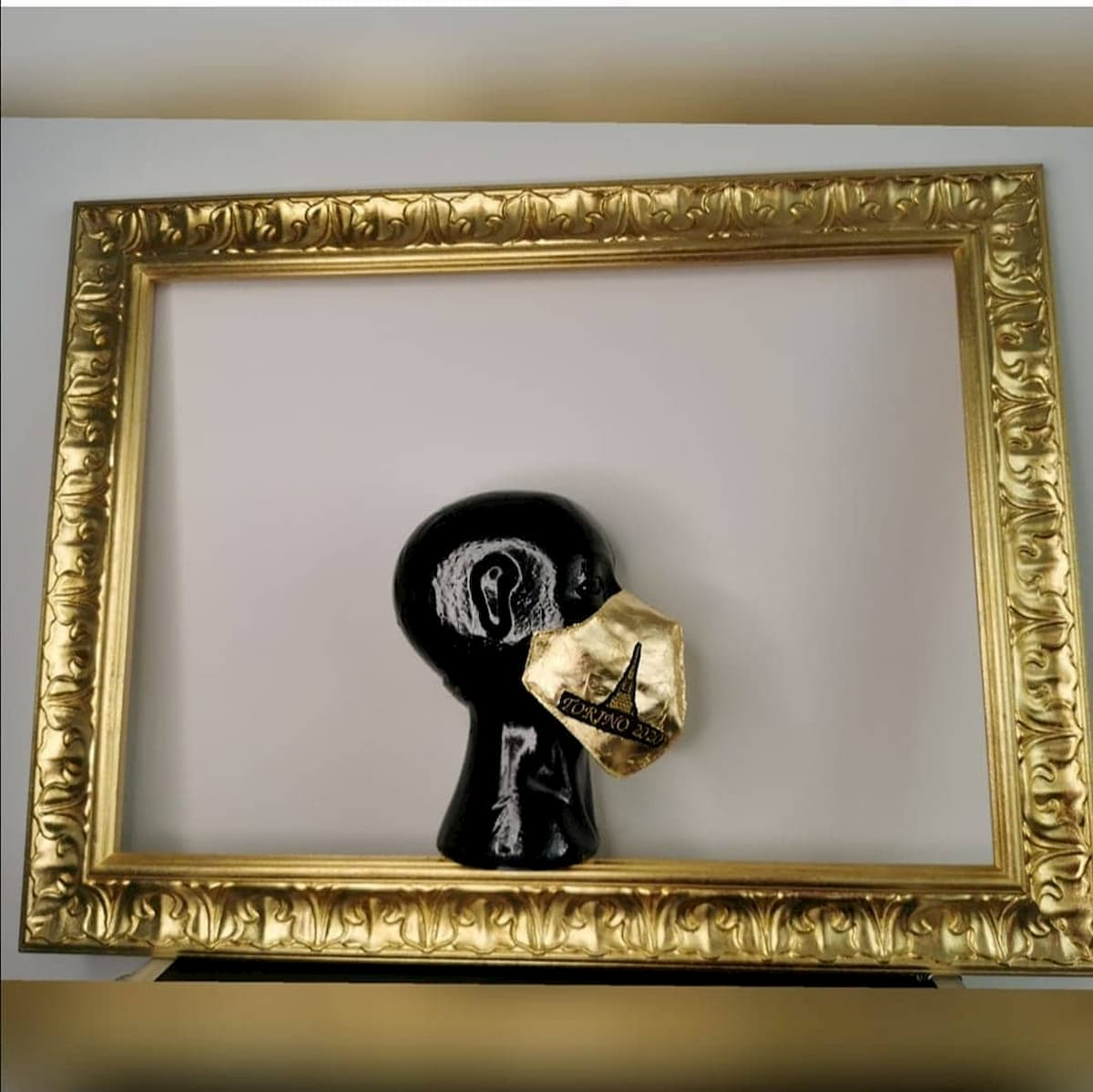 Antonio Vietri ha realizzato una mascherina d'oro