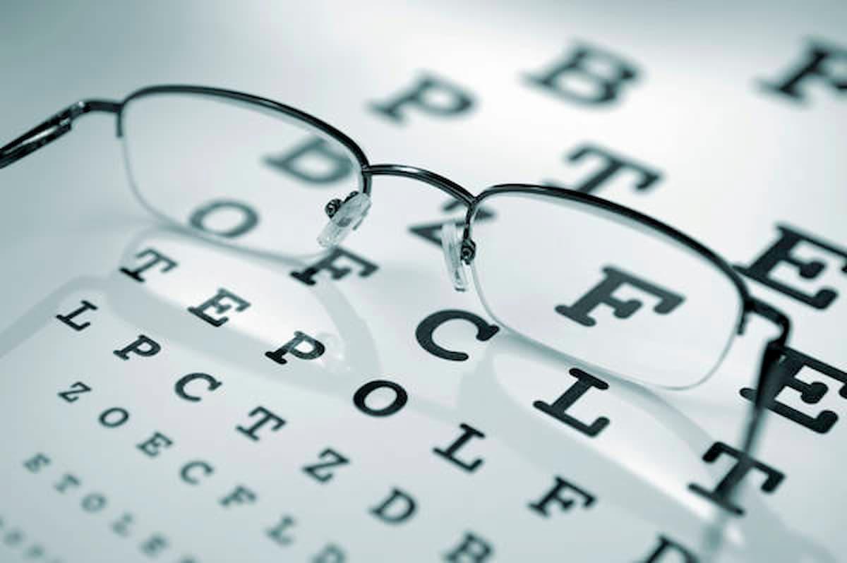 Contro il calo della vista legato all'età fissare una luce rossa