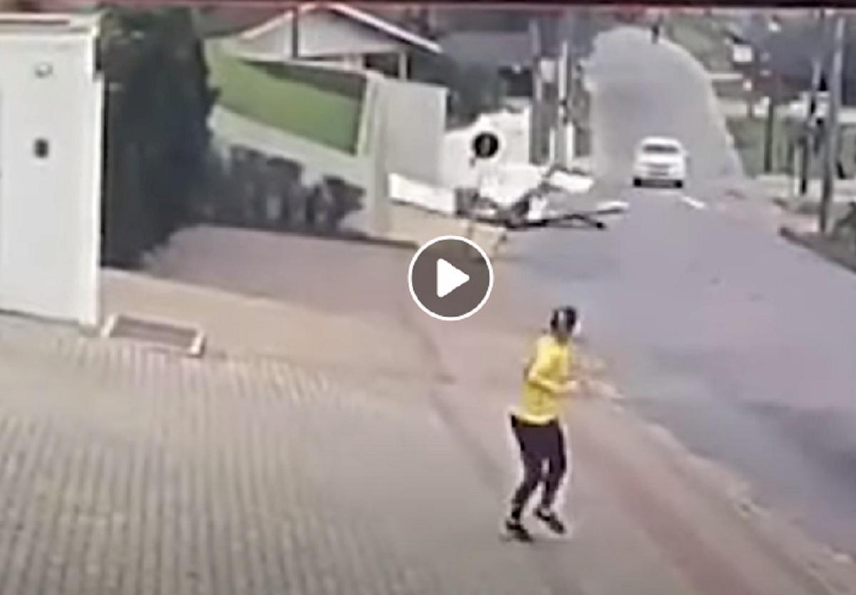 aereo si schianta su strada