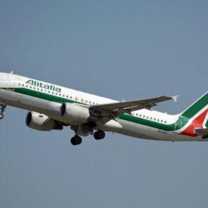 Faro Antitrust su Alitalia e Volotea per i biglietti cancellati