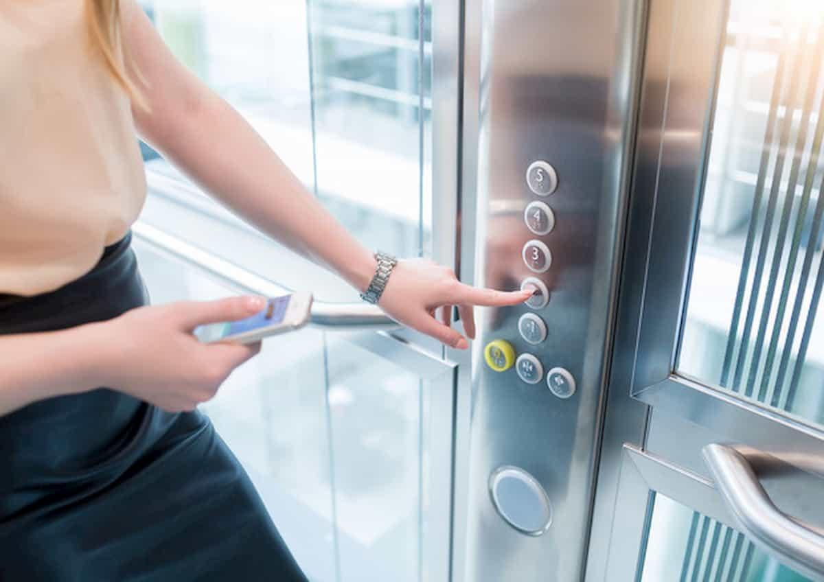 Asintomatica contagia oltre 70 persone dopo un viaggio in ascensore