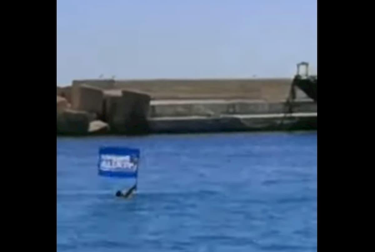 Attilio Lucia (Lega) si tuffa in acqua per bloccare nave di migranti a Lampedusa