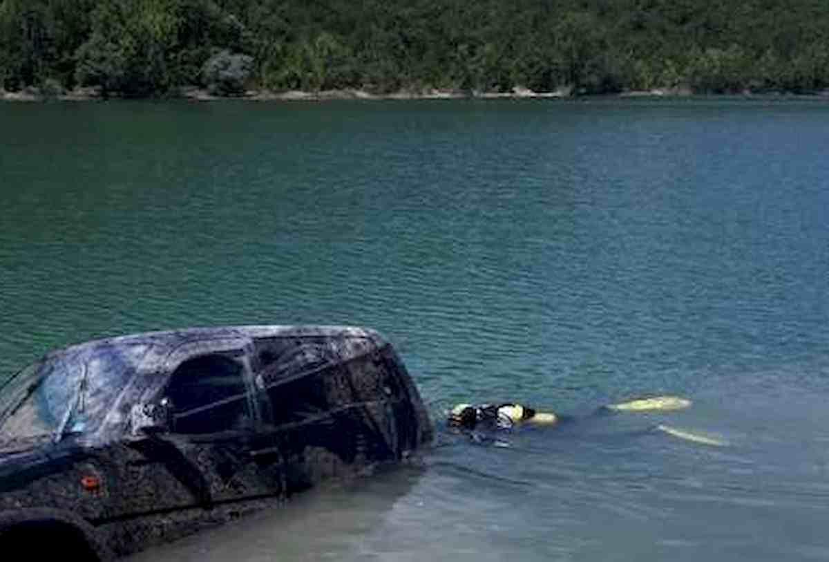 Trentino, finisce con l'auto nel Lago di Lamar. Simone De Paoli muore a 42 anni