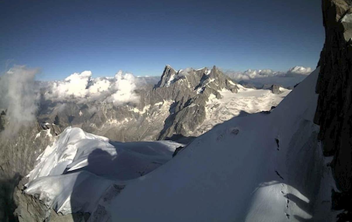 Incidente in montagna: alpinisti in un crepaccio lungo la via al Monte Bianco