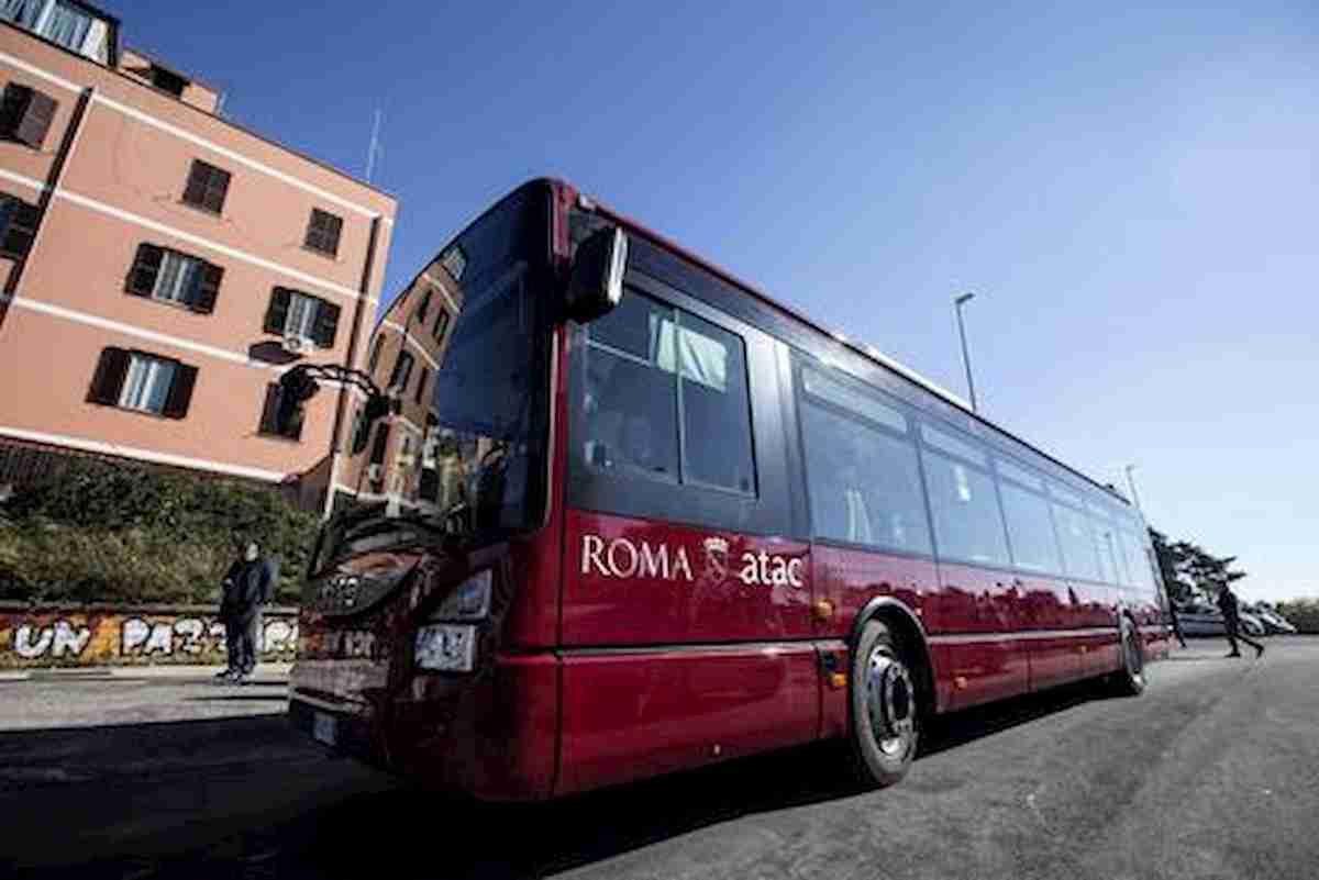 Roma, minaccia col cavatappi passeggero sul bus. Chiedeva distanziamento