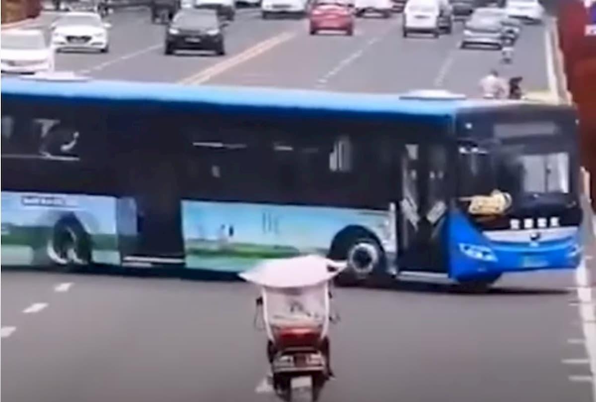 Cina, un bus di studenti precipita nel lago