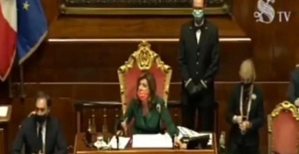 """Casellati interrompe Conte: """"Senatori, non si deve usare la macchina fotografica in Aula"""""""