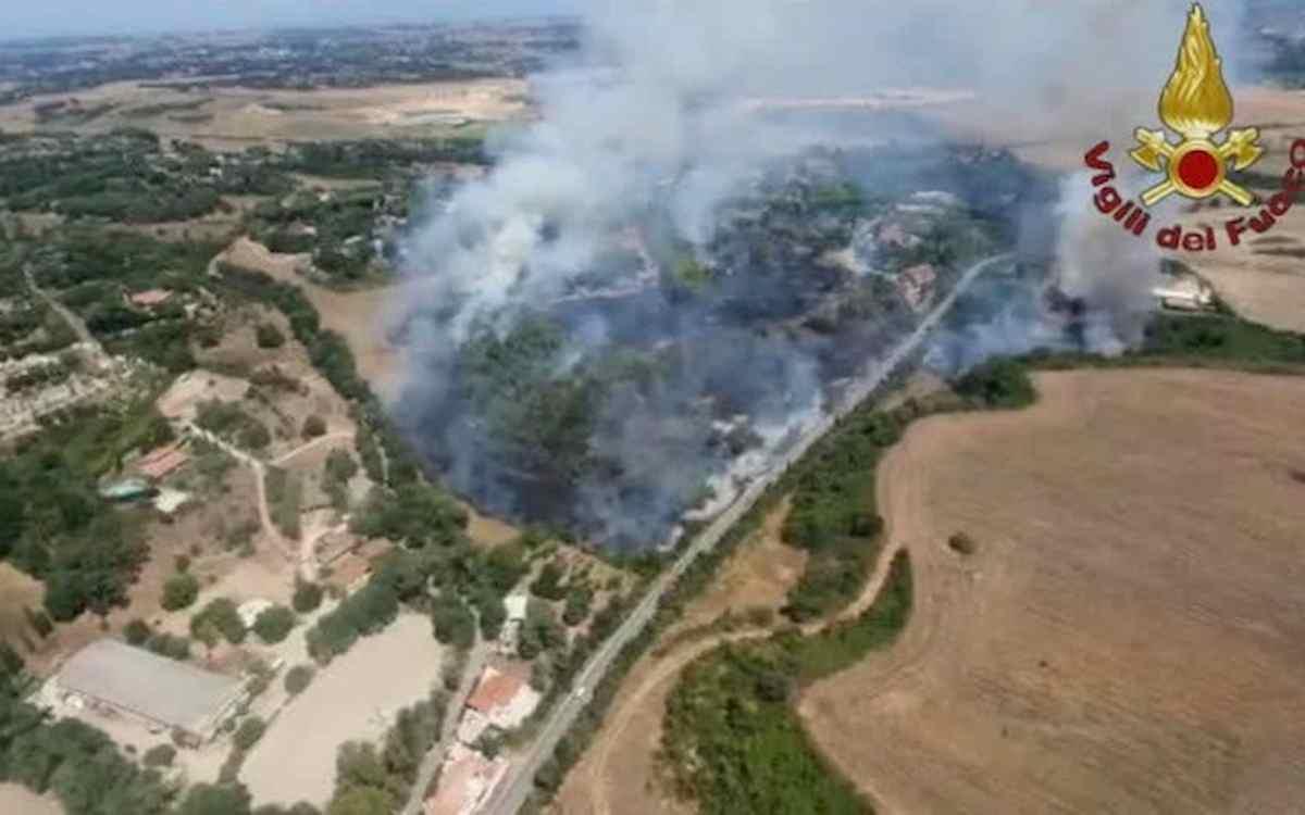 Roma, vasto incendio di sterpaglie a Castel di Guido. Lambite case e auto