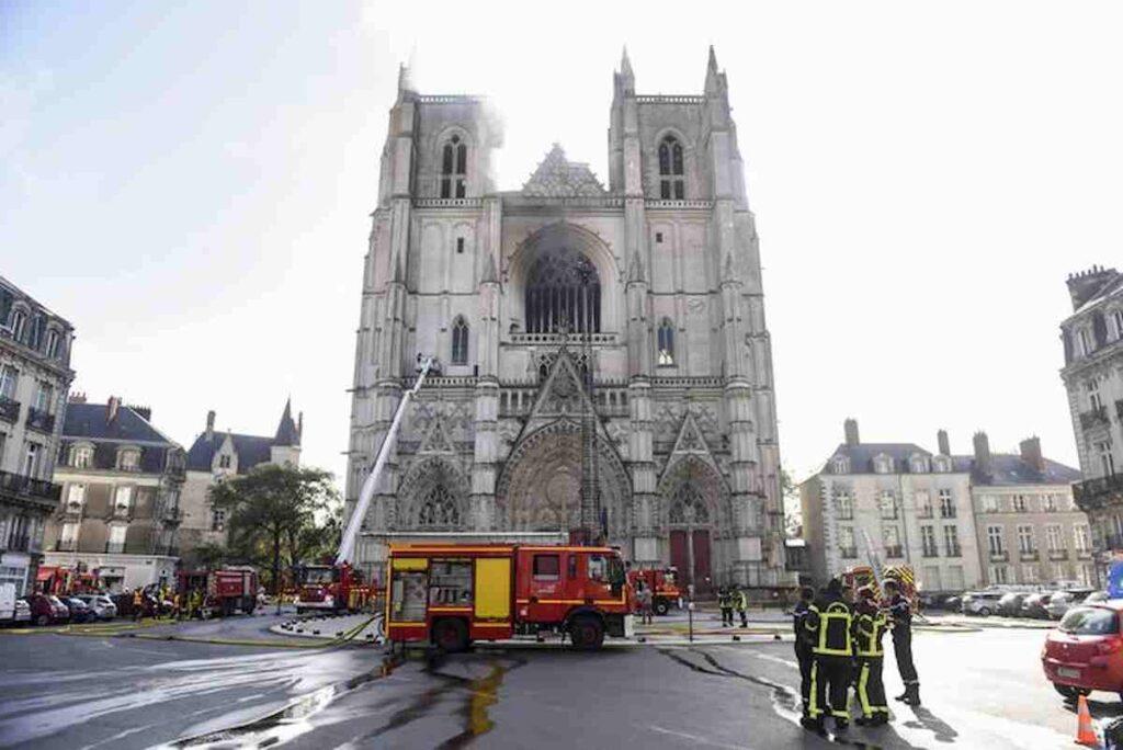 fiamme sulla cattedrale di nantes