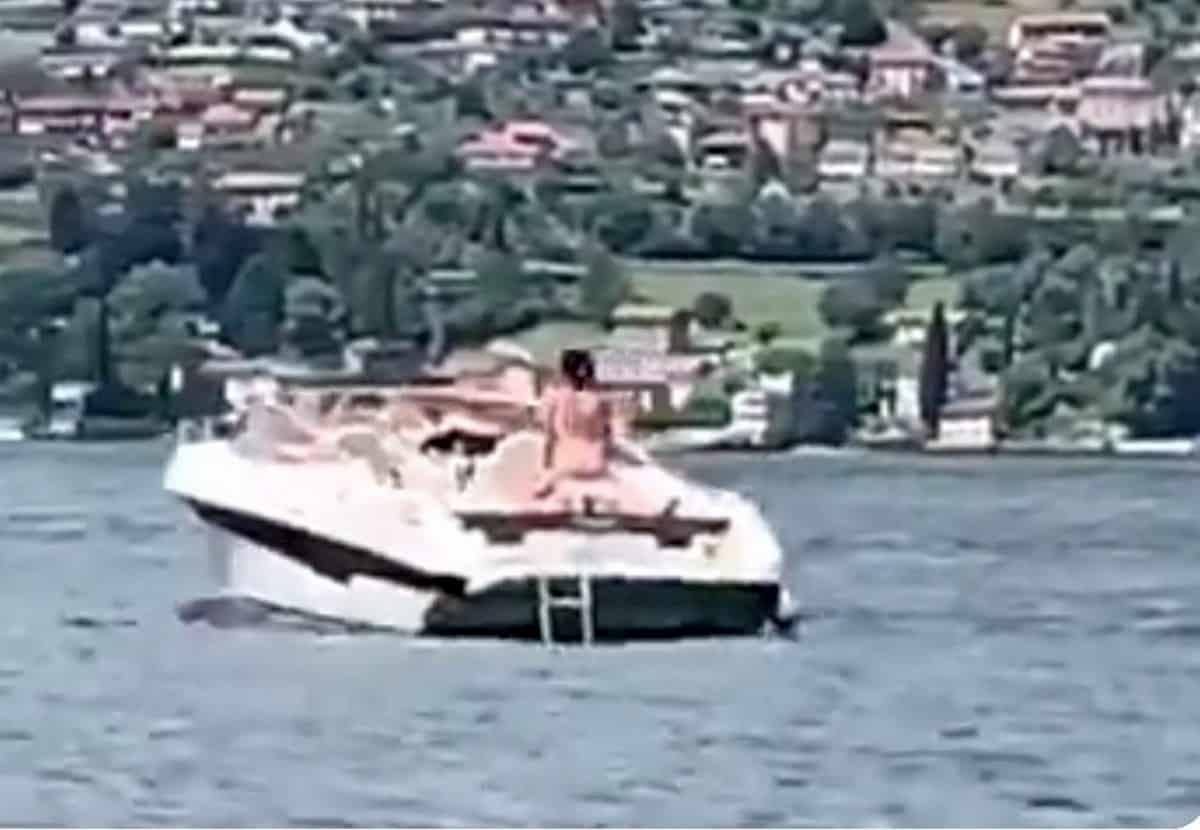 Rapporto sul motoscafo in mezzo al lago di Como