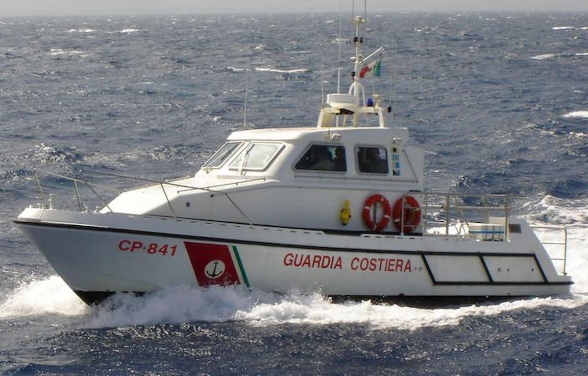Lago di Garda, tempesta con onde fino a 3 metri: 20 persone salvate