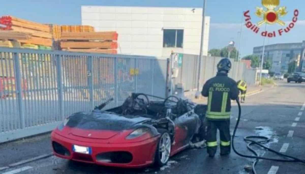 Ferrari Modena in fiamme a Curno