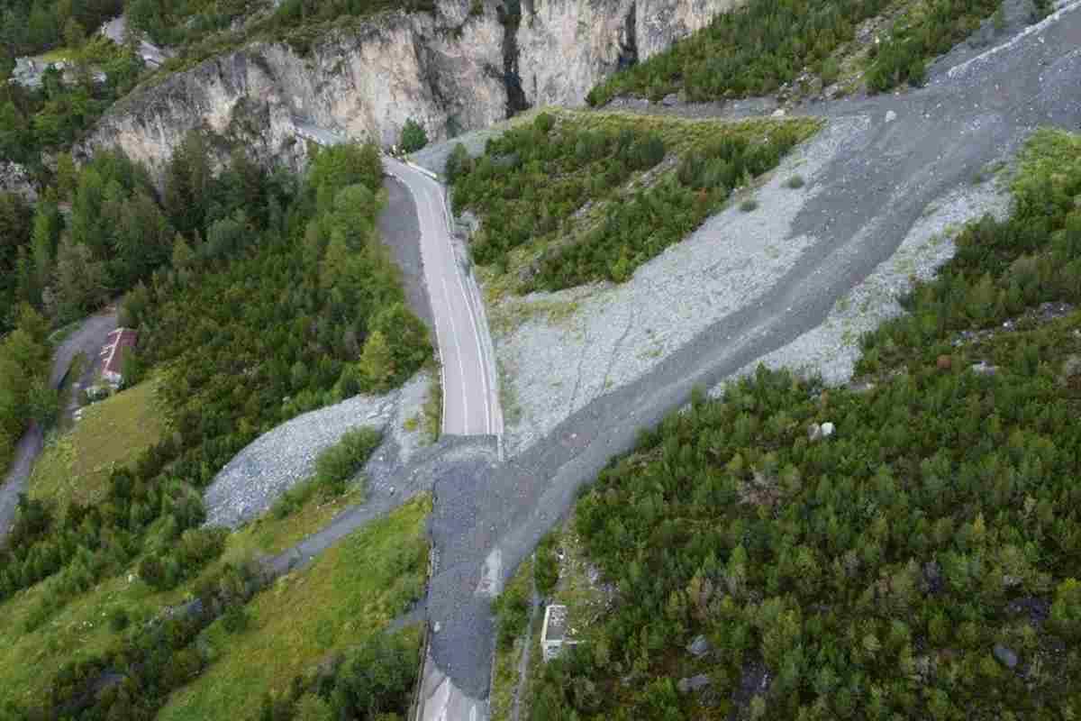Maltempo, frane in Valcamonica e Valtellina: strade interrotte e sgomberi