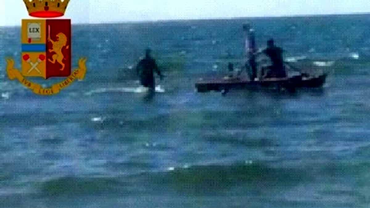 Napoli, tenta la fuga in mare