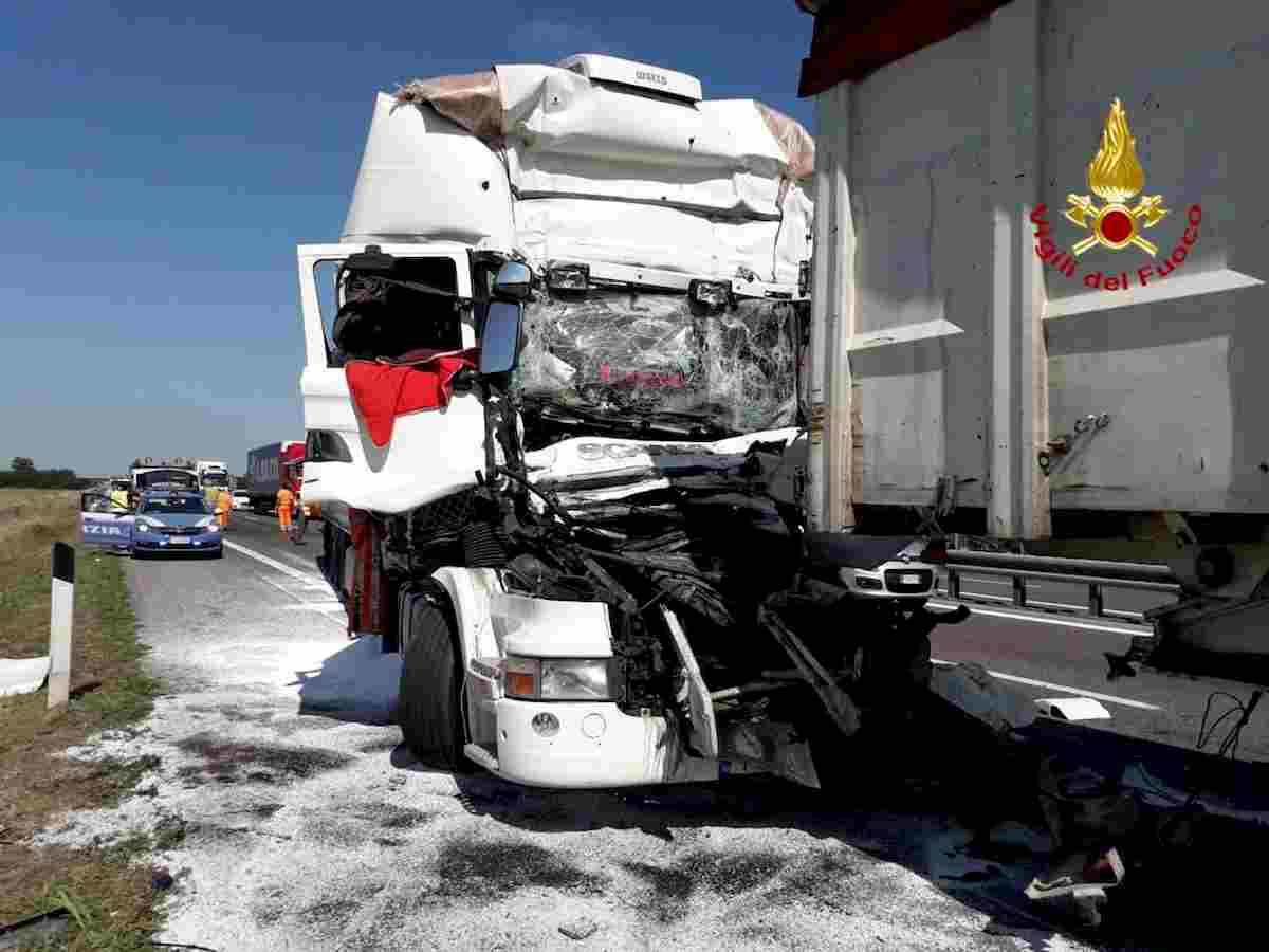 A21, tamponamento a catena tra Tir. Un camionista morto schiacciato, altri 2 feriti