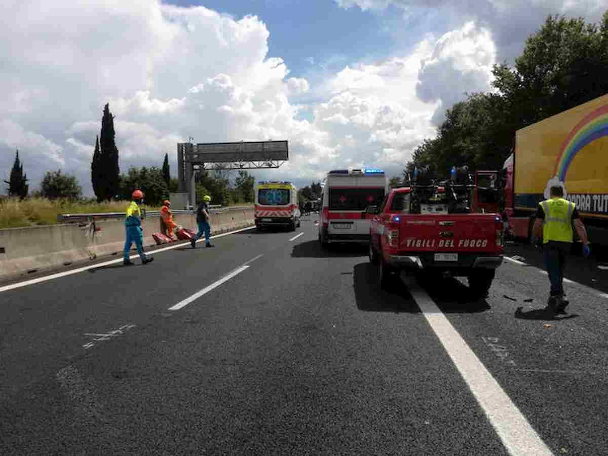 A15, frontale tra due auto all'altezza di un cantiere: morti due turisti tedeschi, ferita altra coppia