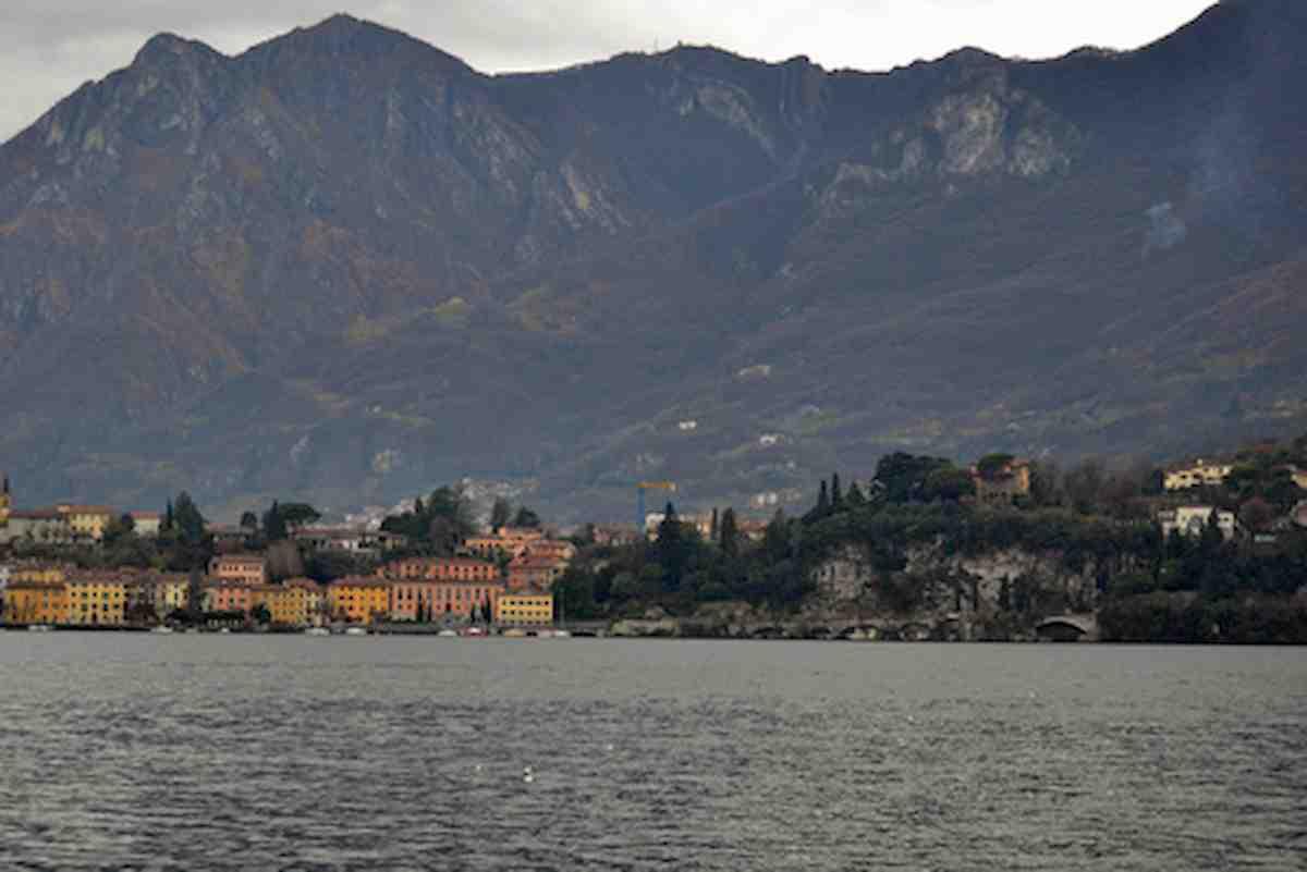 Lago di Como, nudisti in spiaggia pubblica: maxi multe di 3.333 euro ciascuno