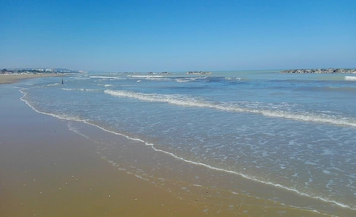 Porto Recanati, spacciatore si tuffa in mare per sfuggire all'arresto