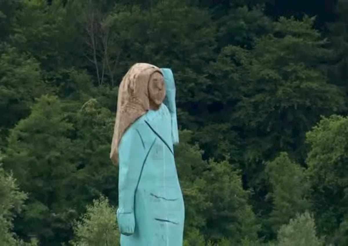 Bruciata in Slovenia la statua di Melania Trump