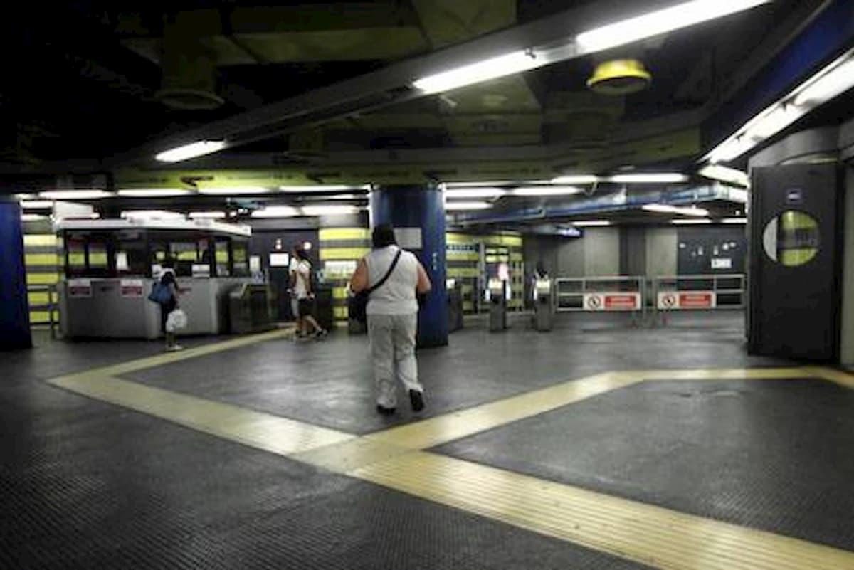 Un ragazzo ripreso sulla metro a Roma perché senza mascherina spruzza spray urticante contro i passeggeri