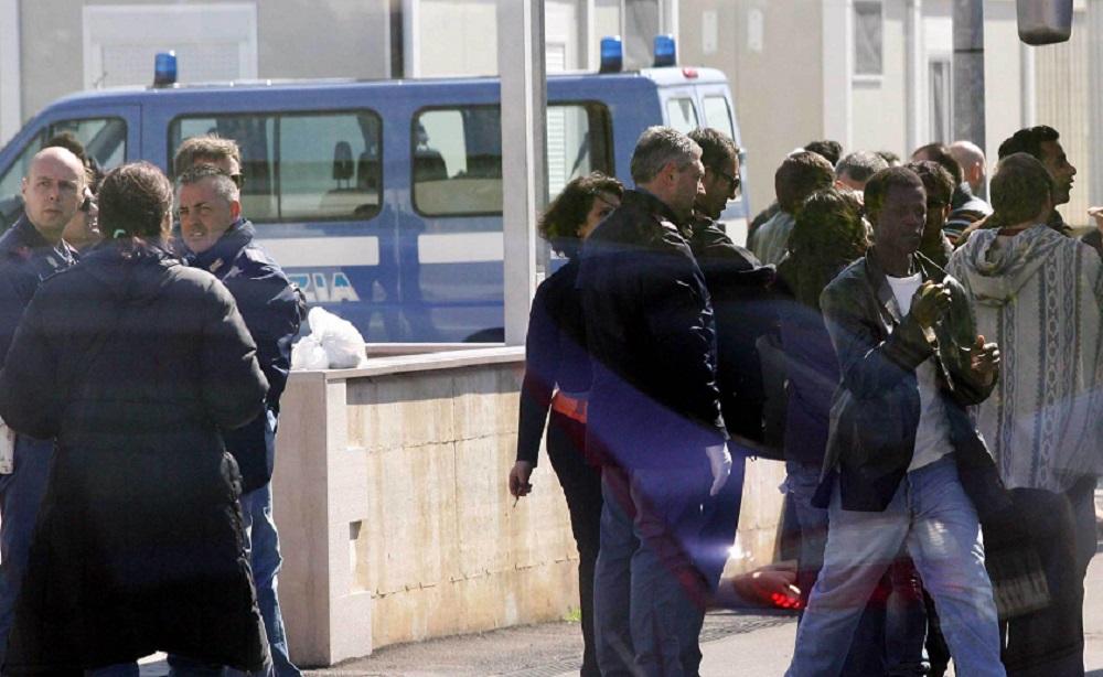 Migranti in fuga dalla quarantena, 30 scappano dal centro accoglienza di Brindisi
