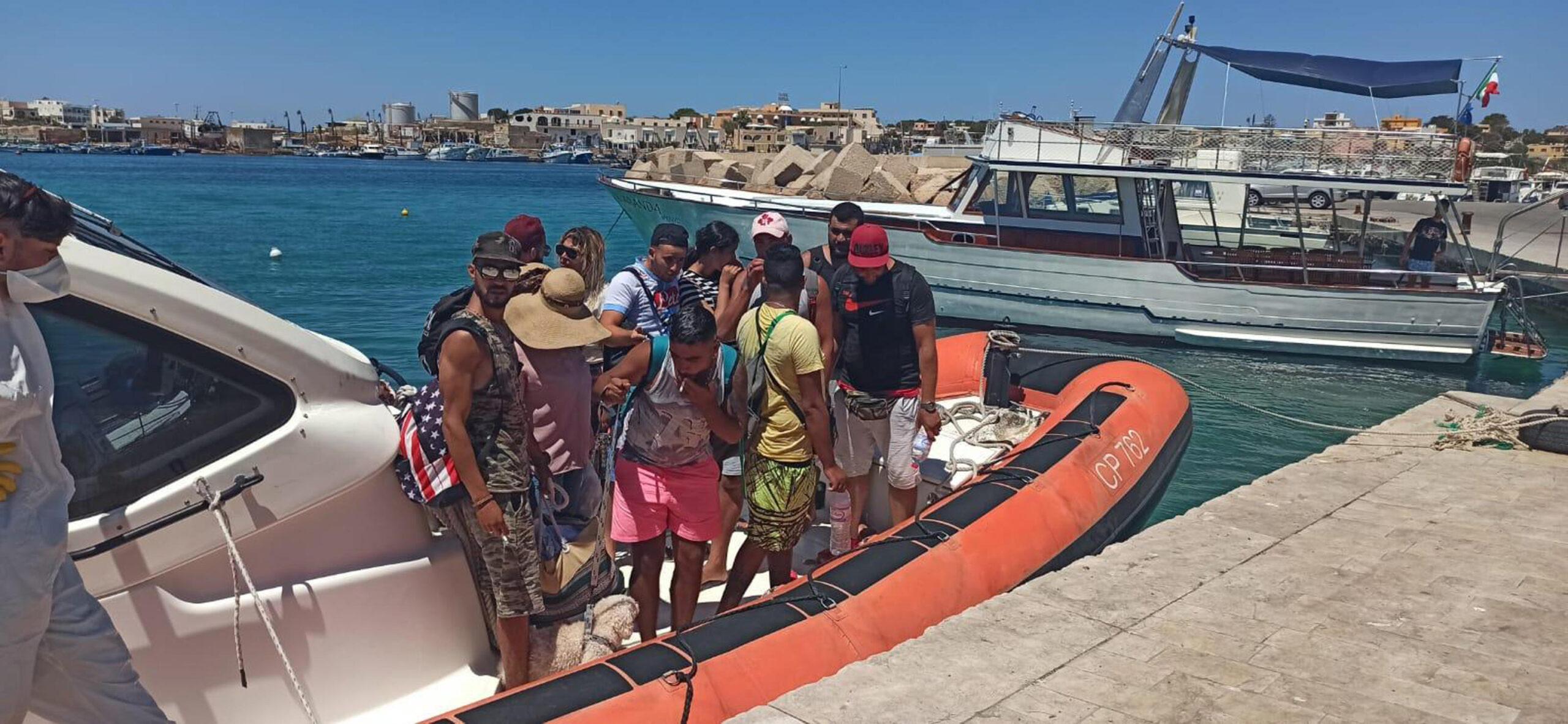 Migranti dalla Tunisia in tenuta da vacanza e col barboncino. Ma c'è una spiegazione