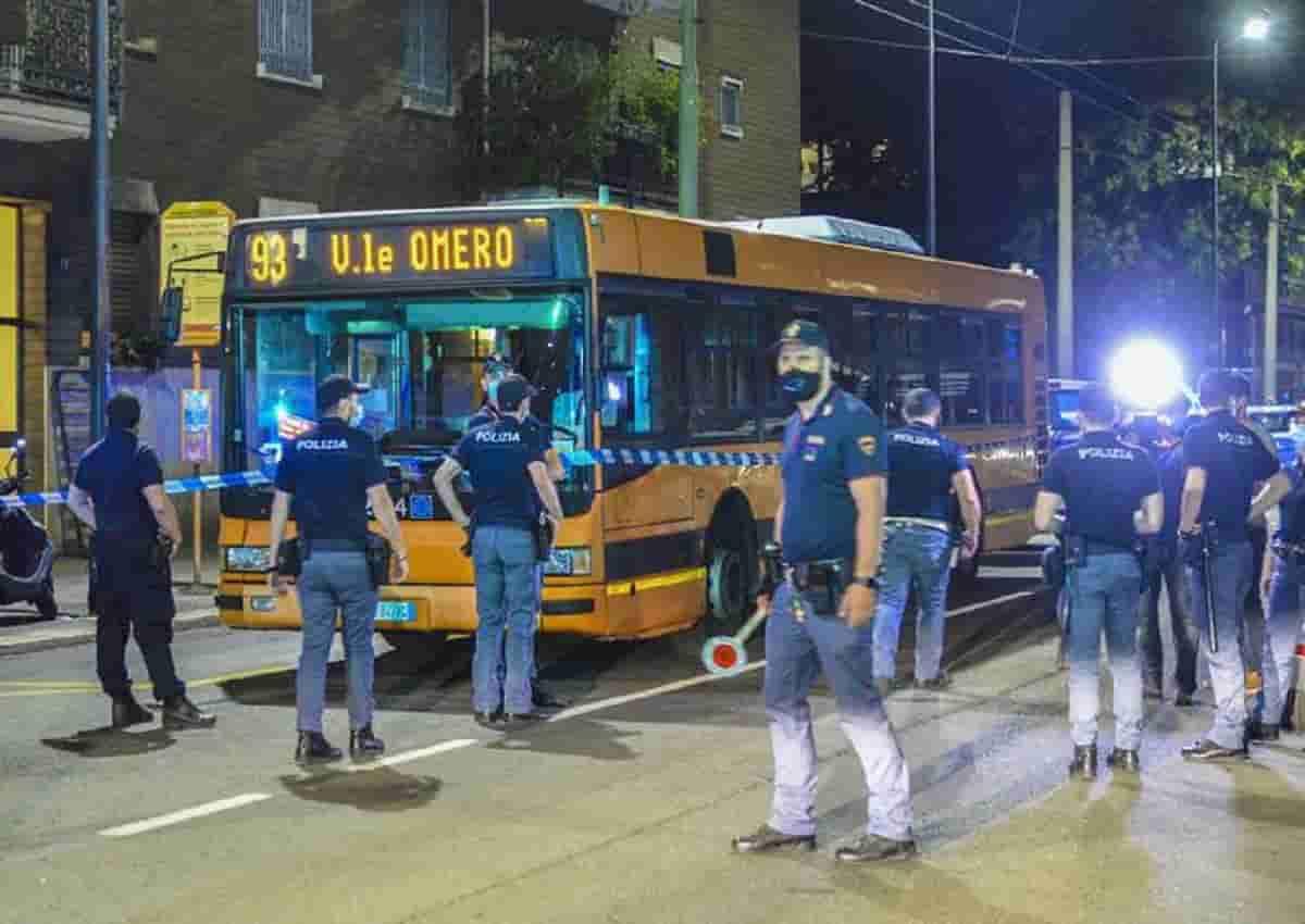 Milano, 23enne accoltellato. Le forze del'ordine sul luogo dell'aggressione