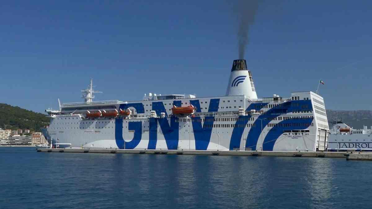 Migranti, pronta la nave quarantena da 700 posti. Nei prossimi giorni a Lampedusa