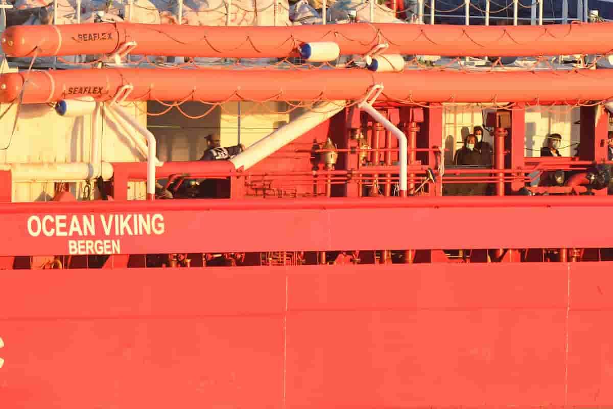 Ocean Viking, i 180 migranti tutti sbarcati: quarantena sulla Moby Zazà, poi smistamento a Crotone