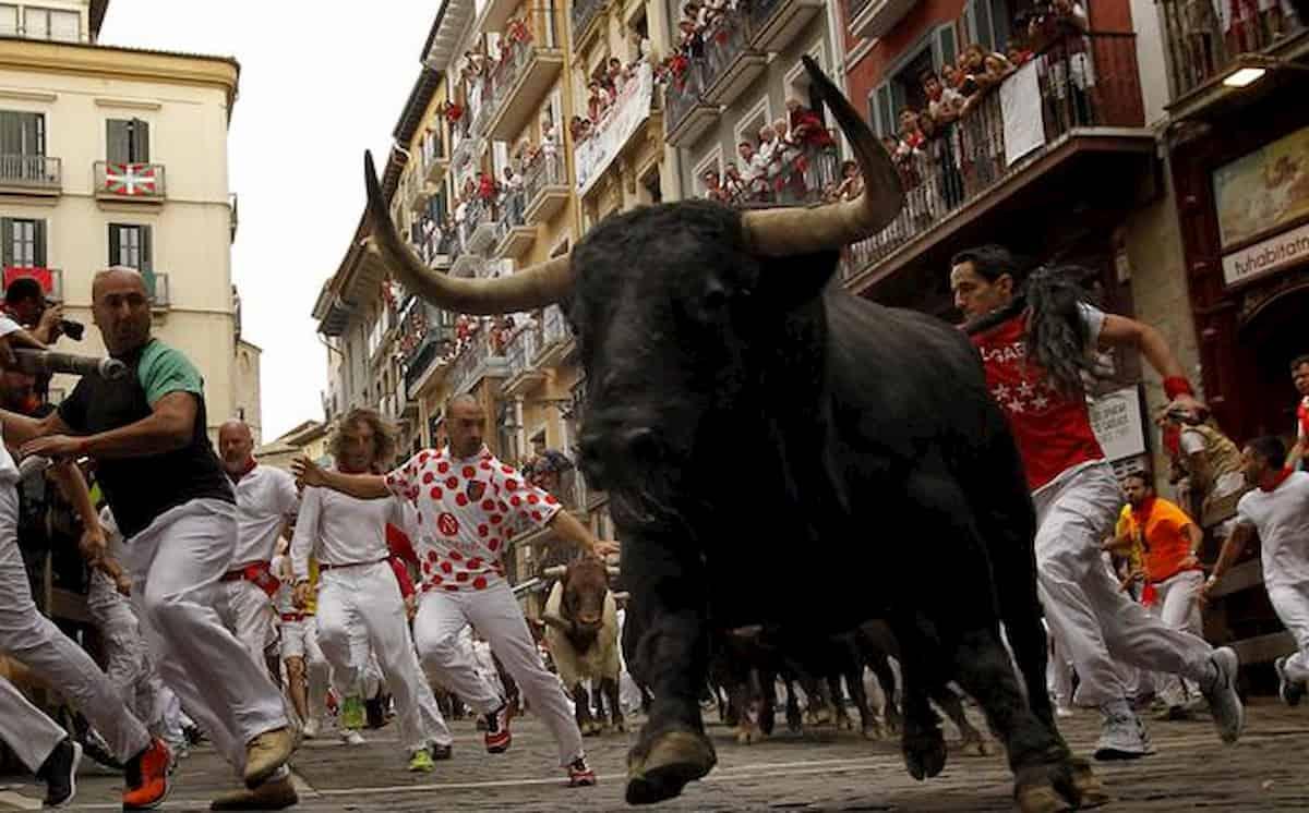 Pamplona, bloccata partita di calcio sani contro infetti covid