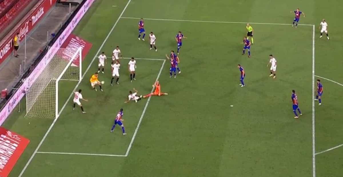 Siviglia-Eibar: Ocampos segna, va in porta e salva la partita