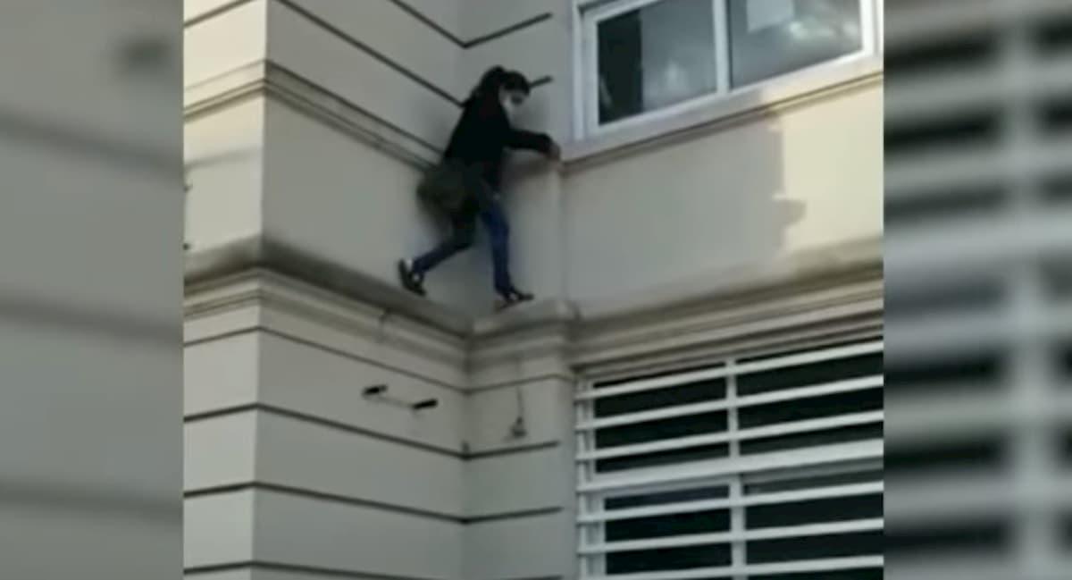Si arrampica per entrare dalla finestra dell'ospedale dove ha un parente ricoverato per covid