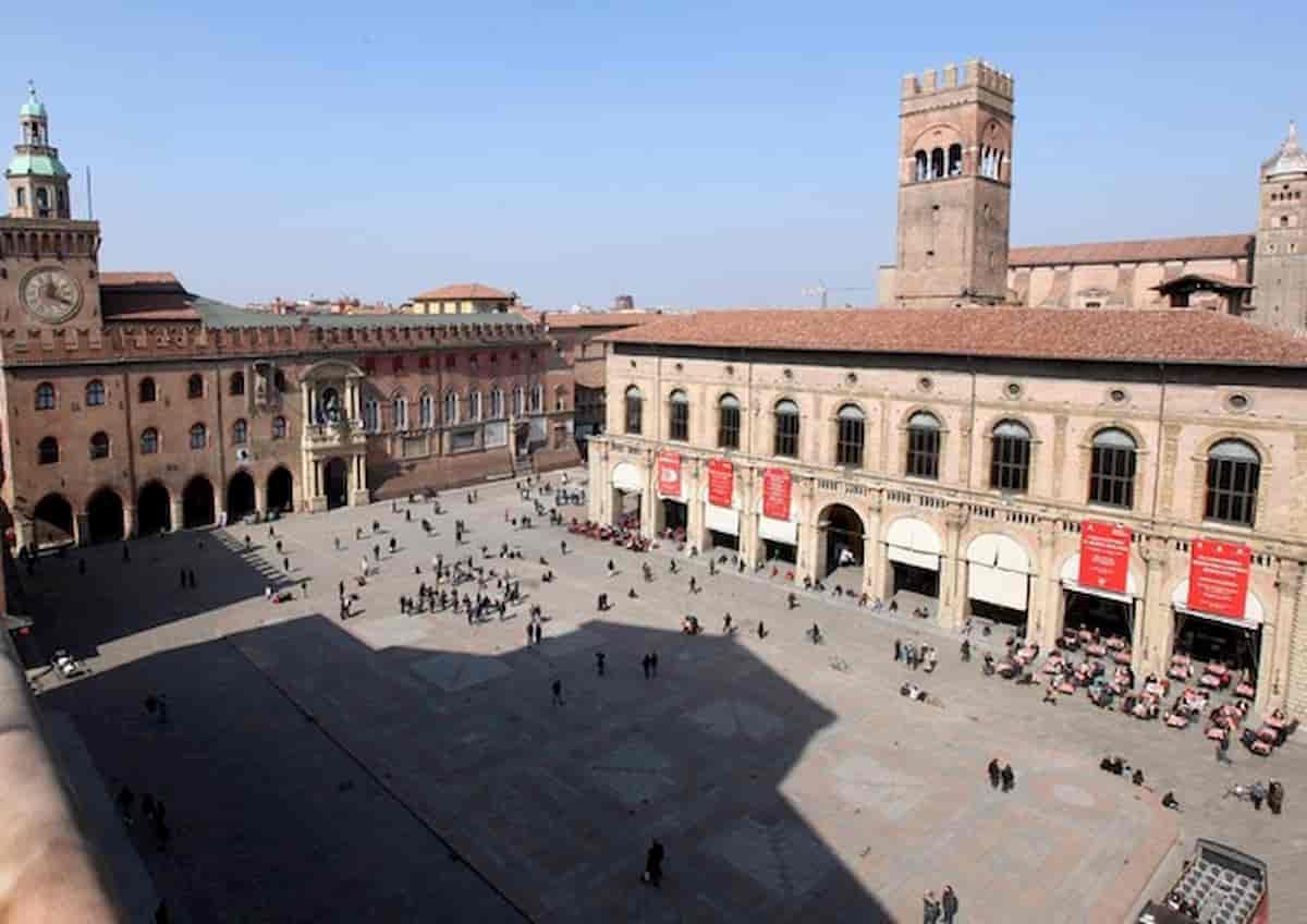 Bologna, film a luci rosse proiettato sul maxi schermo