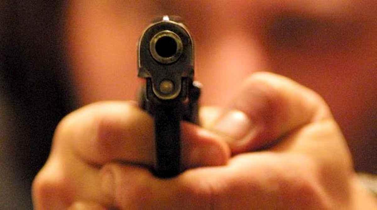 Terracina, festeggiano la fine degli esami: 50enne infastidito da rumori gli punta una pistola contro